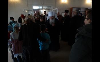 Владыка благословляет детей иконой Прсв.Богородицы