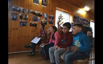 Ребята смотрят фильм про праздник Пасхи