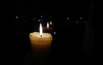 Свеча у окна в Пасхальную ночь