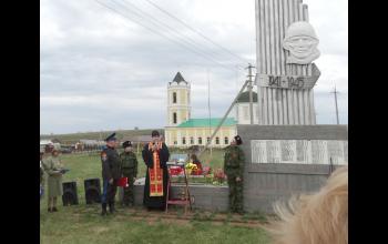 У памятника погибшим воинам.